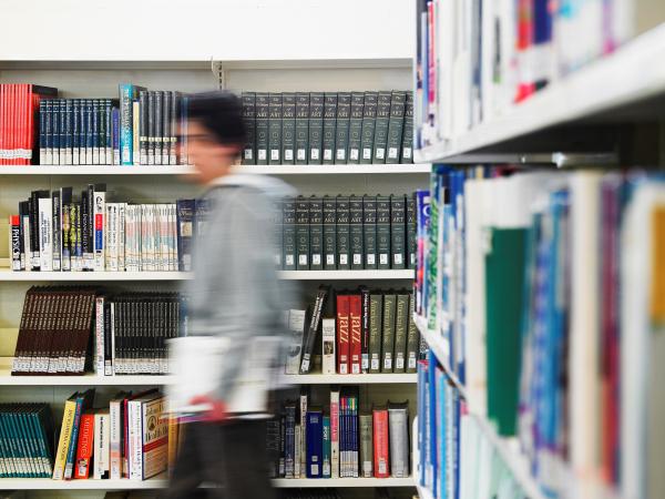 摄图网_300694448_十几岁的男孩走过图书馆的运动模糊(企业商用)_编辑.jpg